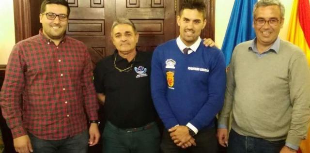 Jonathan junto al alcalde y el concejal de Deportes del Santa Cruz de La Palma.