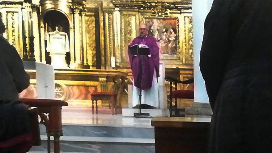 Vídeo | Un centenar de personas celebra una misa por Franco y Primo de Rivera en Valladolid y canta el 'Cara al Sol'