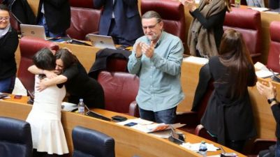 Mónica Oltra se abraza a Maria Josep Ortega en el pleno de las Corts