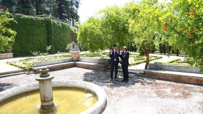 Pedro Sánchez y Quim Torra en su paseo por la Moncloa