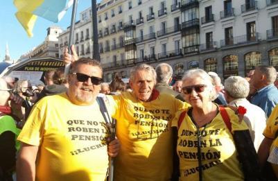 """Pensionistas que han venido desde Tenerife para participar en la manifestación para """"proteger el sistema público de pensiones"""""""
