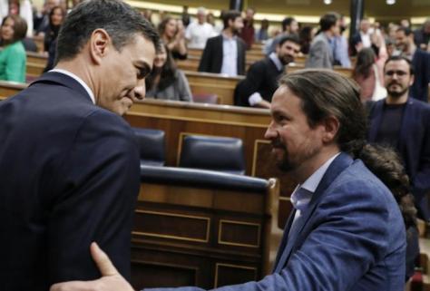 El líder de Podemos, Pablo Iglesias, felicita al secretario general del PSOE, Pedro Sánchez, tras la aprobación de la moción de censura.
