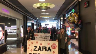 Protesta contra Inditex en el centro comercial Marineda de A Coruña