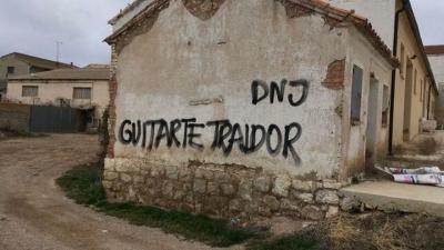 Pintada contra Tomás Guitarte, diputado de Teruel Existe. TERUEL EXISTE