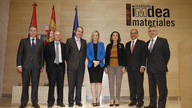 El rector a la izquierda de la presidenta de la Comunidad de Madrid, organismo del que se financia