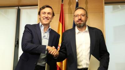 """Hernando (PP) y Girauta (C's) firman el pacto con """"150 compromisos para mejorar España"""""""