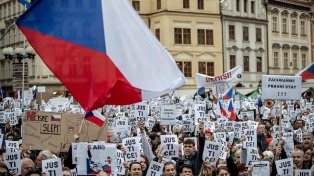 Miles de checos se manifiestan en defensa de una Justicia independiente