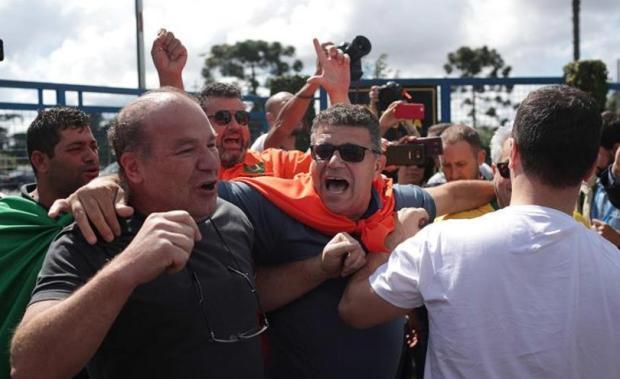 Tensión entre militantes y detractores de Lula en la sede de la Policía de Curitiba