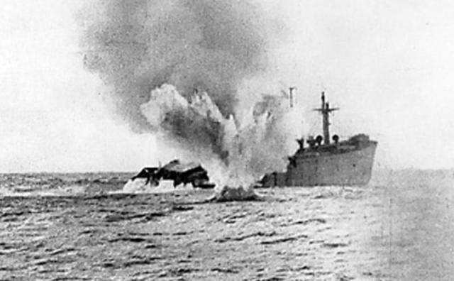 Un buque mercante torpedeado por un submarino alemán (dominio público)
