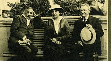 Galdós en San Quintín (19012-14) con Margarita Xirgu y José Estrañi. Foto: José Arauna. Colección Víctor del Campo Cruz, Centro de Documentación de la Imagen de Santander, CDIS, Ayuntamiento de Santander.