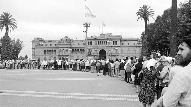 Télam Buenos Aires 29/04/2012 Mañana se cumplen 35 años desde ese sábado 30 de abril de 1977, día en el que 14 mujeres y a instancia de Azucena Villaflor de Devincenti, decidieron ir a la Plaza de Mayo para juntas empezar a gritar y denunciar la falta de sus hijos.La gran ronda de la primer marcha de la Resistencia. Foto:Archivo Télam/ef