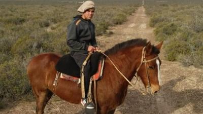 Impactantes imágenes: Un jinete murió aplastado por su caballo