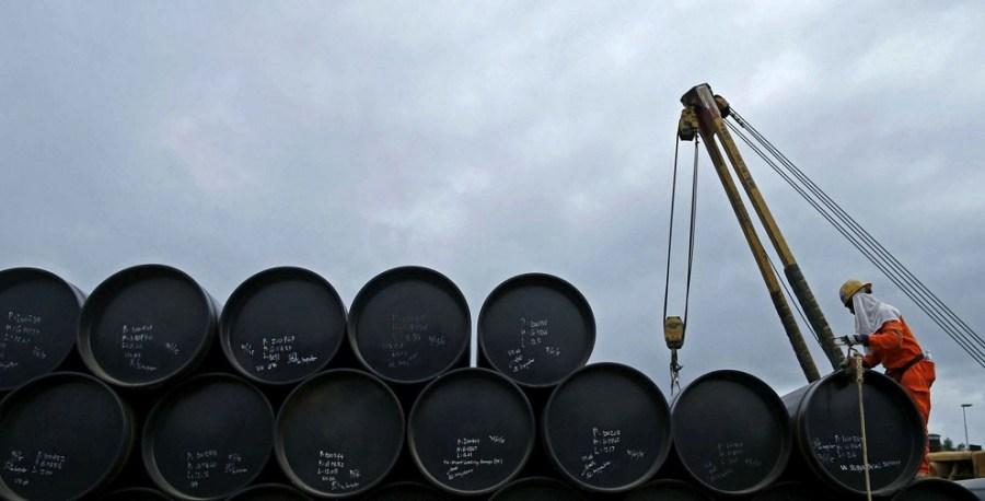 barril petroleo hombre