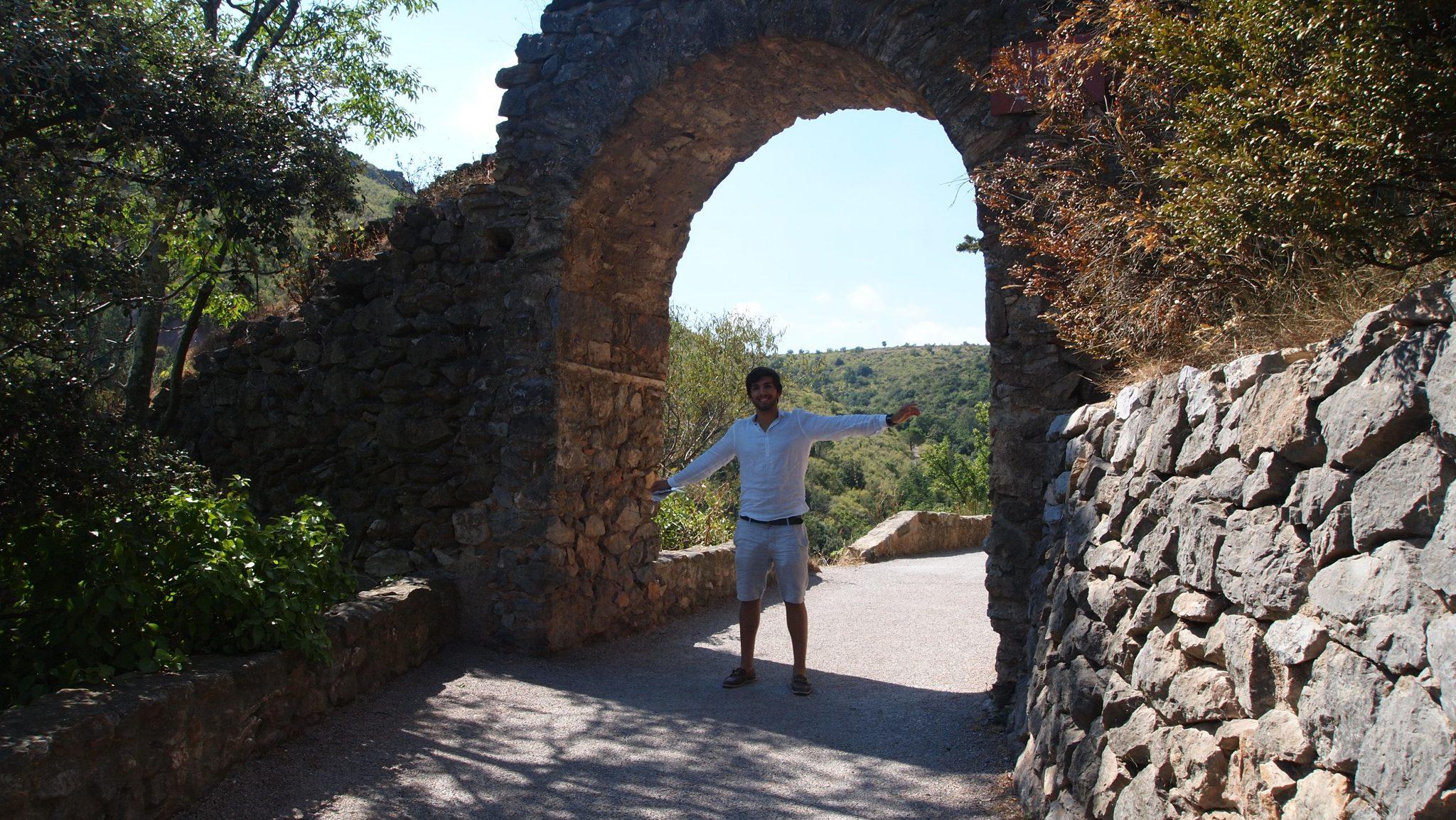 Arco que da acceso al castillo de Castelnou