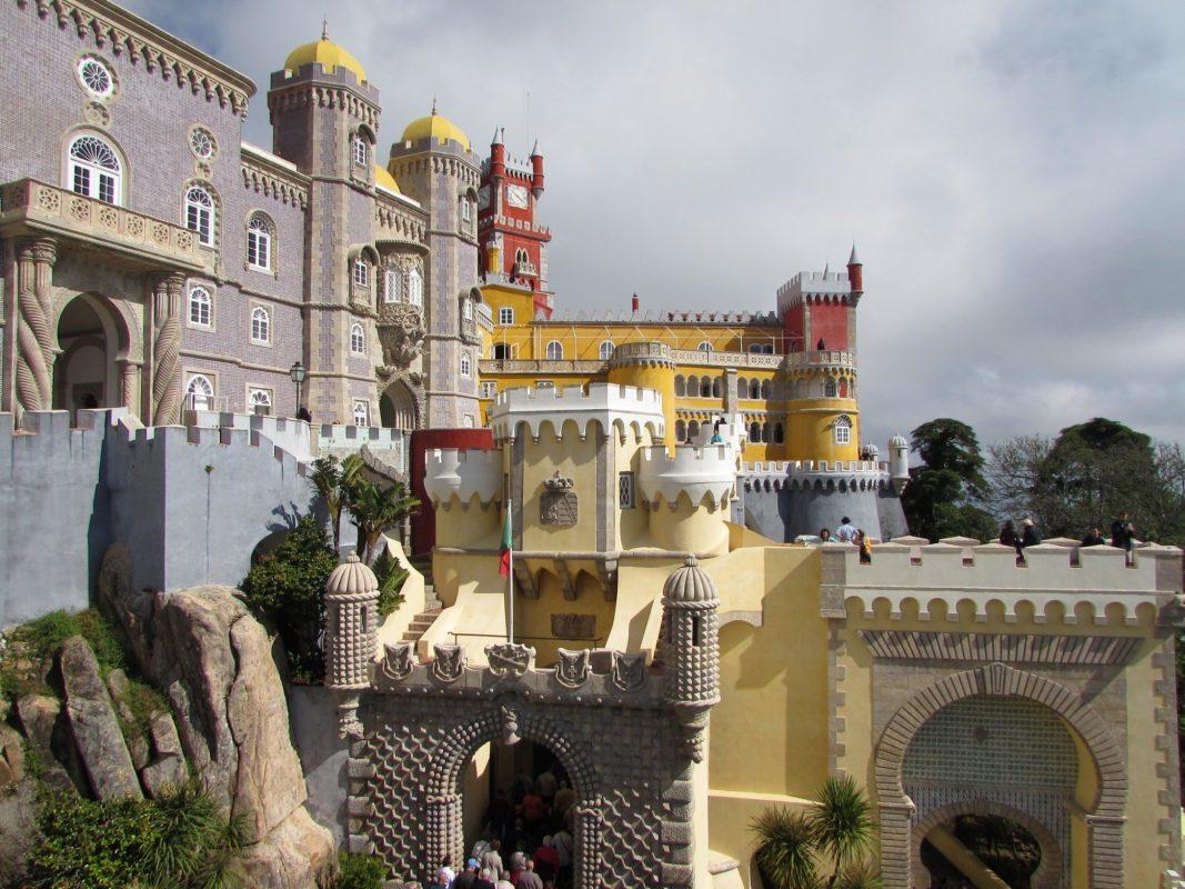 Colorida fachada del Palacio da Pena, Sintra