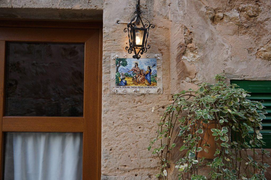 Detalle de una baldosa dedicada a Santa Maria Thomas en Valldemossa