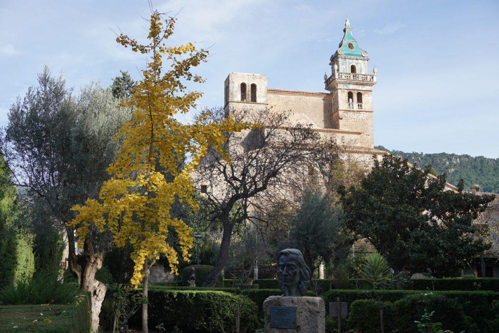 Vistas de la Cartuja desde los jardines del Rey Juan Carlos. Busto de Frederic Chopin.