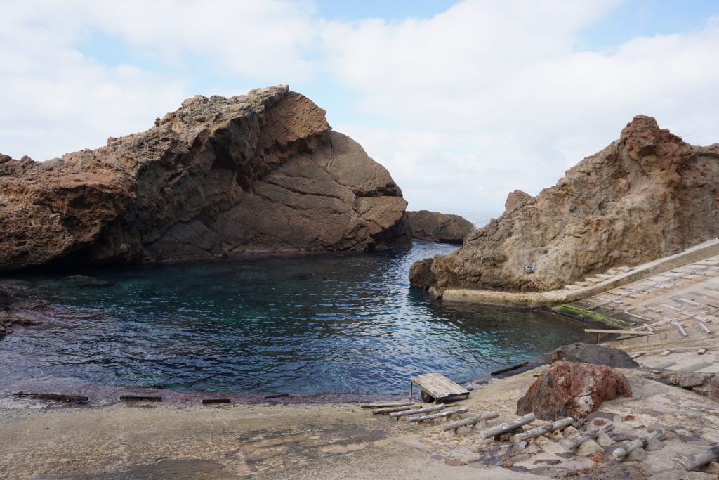 La roca hace de dique natural para el Puerto de s'Estaca