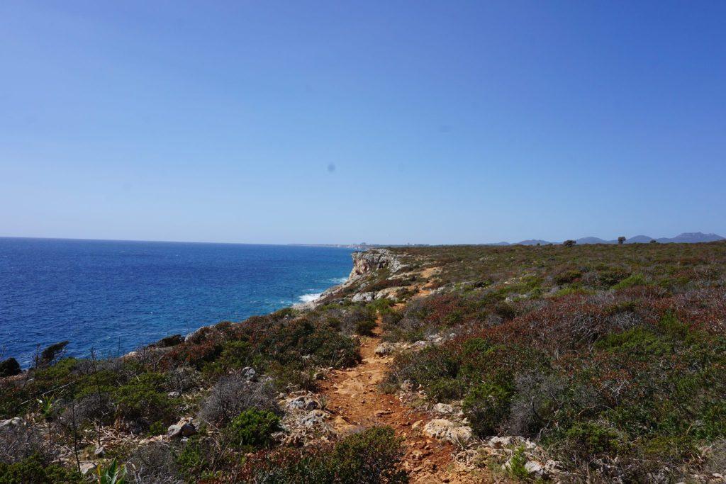 Camino hacia el puente natural de Cala Varques