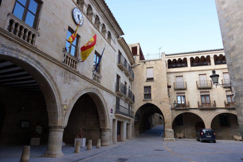 Plaza de España y Ayuntamiento de Calaceite