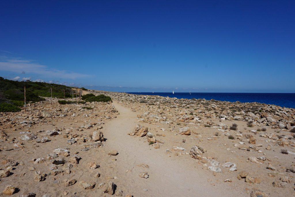 Camino para llegar a Cala Marmols
