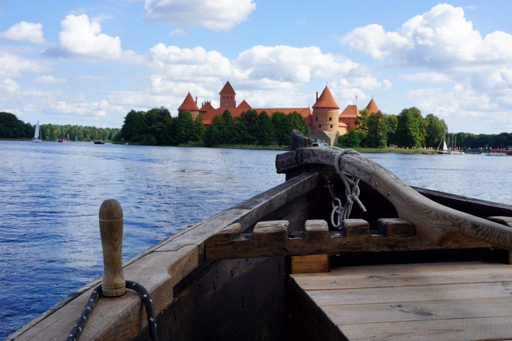 Paseo en barco con vistas al castillo de Trakai
