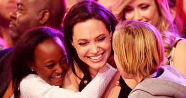 أنجلينا جولى تفسد أبنائها لتفضيلها على براد بيت
