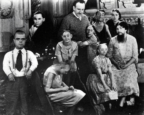 tod-browning-on-the-set-of-freaks-L-DHqJQq