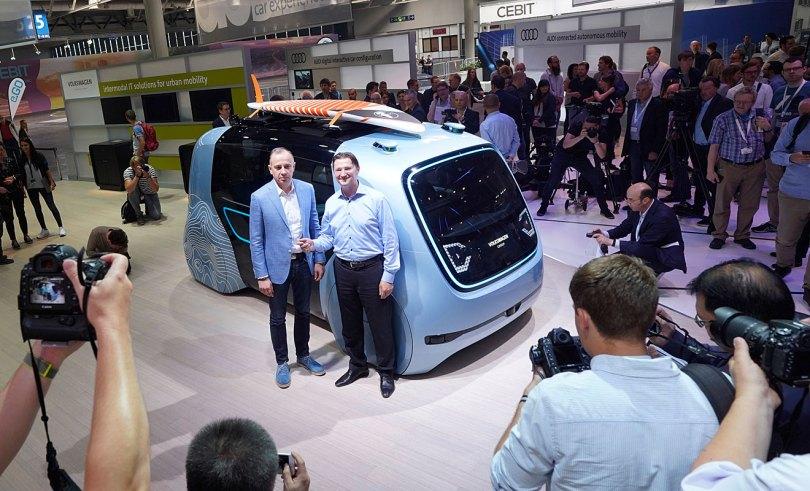 VW-Digitalchef Johann Jungwirth (r.) präsentiert den Sedric Active. Foto: VW