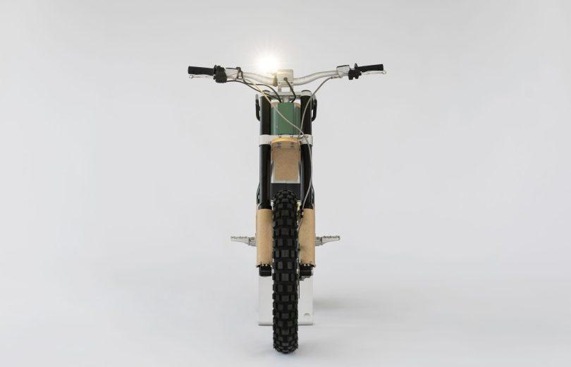 Das modulare Designkonzept verleiht dem »CAKE« eine unverwechselbare Identität.Vor allem aber ermöglicht der modulare Aufbau, das elektrischangetriebene Motorrad durch spezielle Zusatzelemente so zukonfigurieren, dass es den Anforderungen unterschiedlicher Einsatzszenariengerecht wird.