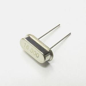 El arduino utiliza un cristal de 16 Mhz que esta bastante sobrado para aplicaciones de bajo consumo de energía.