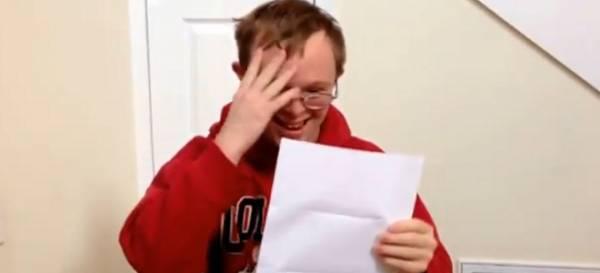 Νεαρός με σύνδρομο Down μαθαίνει πως έγινε δεκτός σε Κολέγιο (βίντεο)