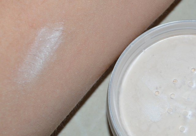 Glo & Ray review loose powder swatch