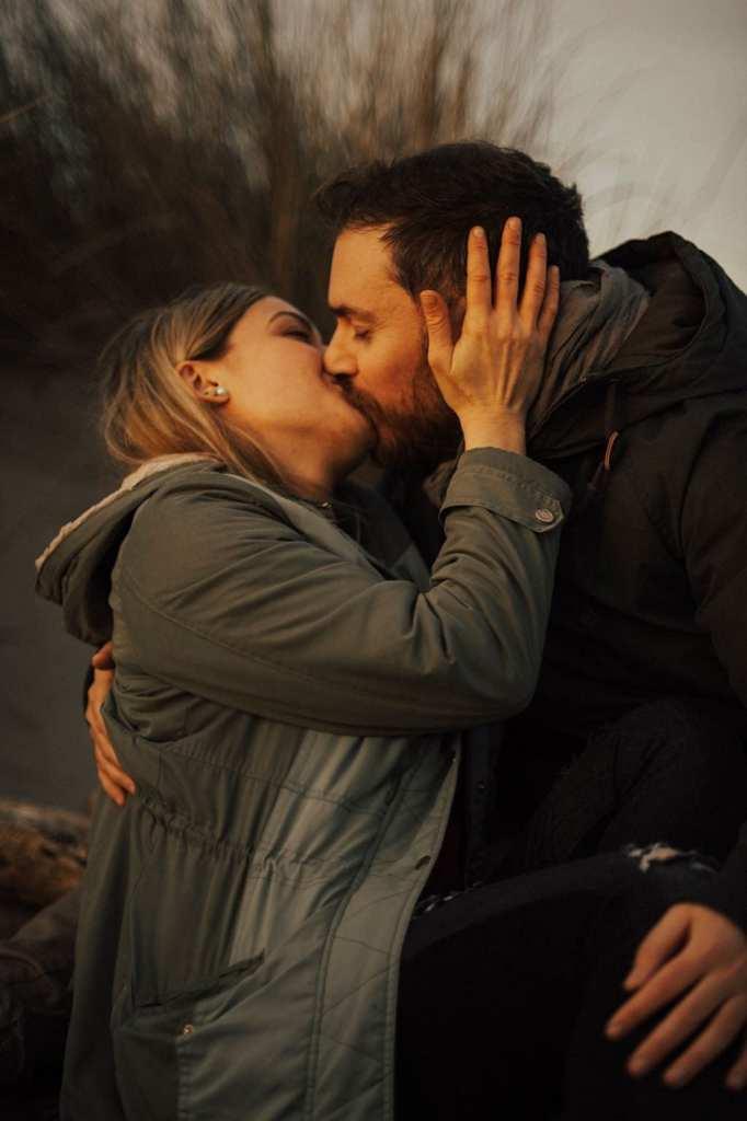 ritratto di coppia che si bacia nella natura
