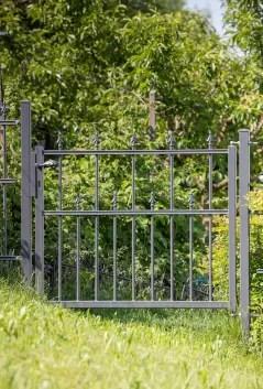 Gartentür Ravenna in pulverbeschichteter Ausführung mit Pinienspitze
