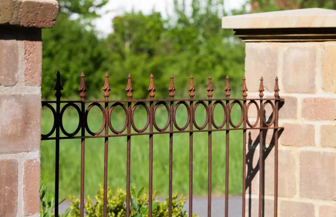 Antiker Zaun Belluno mit Spitze Pinie