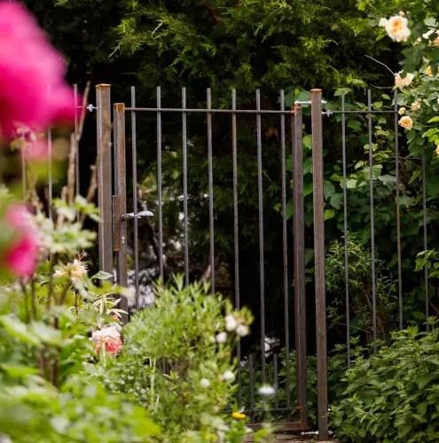 Gartentor Padua in unbeschichteter Ausführung mit Augenschrauben befestigt