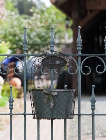 Zaunelement Lugano in feuerverzinkter Ausführung und mit Schmuckkorb versehen