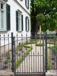 Gartentür Lucca in pulverbeschichteter Ausführung mit Spitze Kugellilie