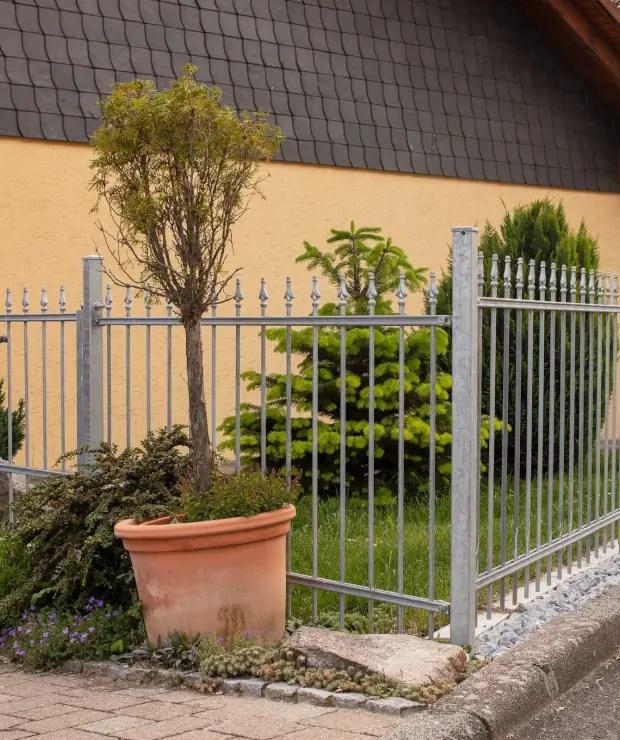 Gartenzaun Ravenna in feuerverzinkter Ausführung und Pinienspitze