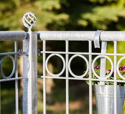 Schmiedeeisernes Geländer Belluno mit Zirbelpfosten