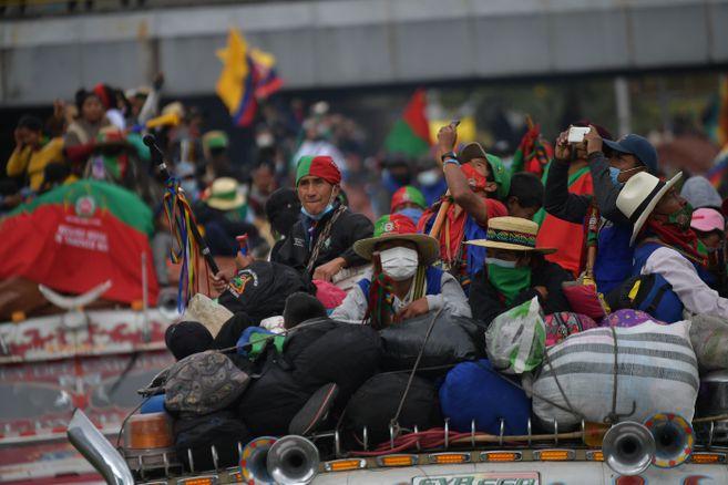 Choques entre civiles y Guardia Indígena en la vía entre Cali y Jamundí, con denuncias de varios heridos.