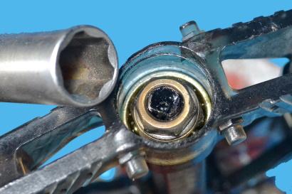 Manutenzione dei pedali flat svitare dado di fermo