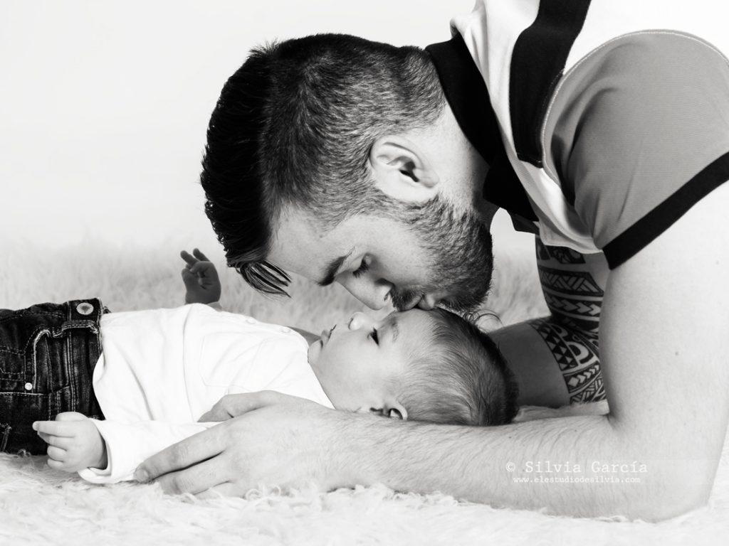 fotografía de bebés, fotos de bebés y familias, fotografía familiar Madrid, fotos de familias naturales, bebes Moralzarzal, fotos de bebes Collado Villalba, fotos paternidad