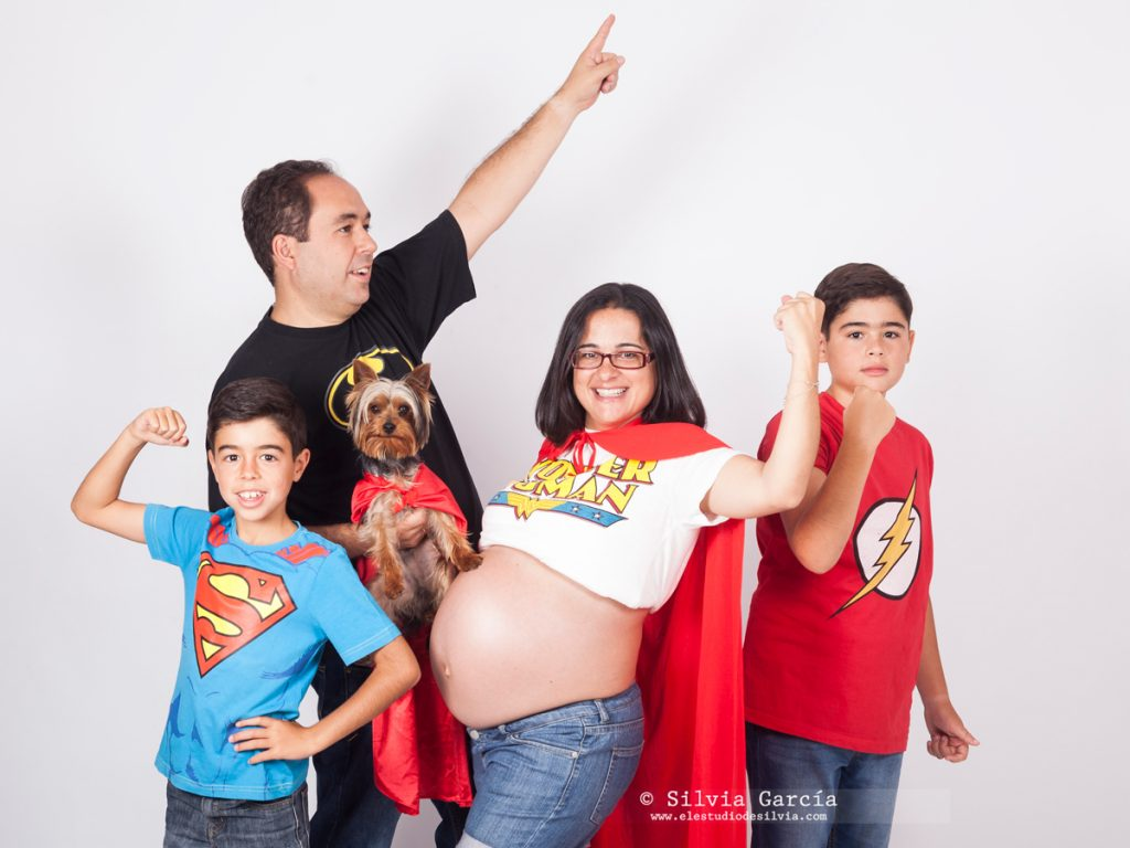 sesión de embarazo, fotografia de embarazo, fotos de embarazadas, fotos premama, maternidad, fotos familiares originales, fotografo familiar Madrid, fotos de embarazo originales, sesiones de embarazo divertidas, fotos con perro, fotos con mascota, madres divertidas, wonder woman fotos, fotos frikis, superheroes fotos