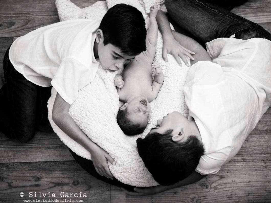 fotos de recién nacido Madrid, fotografía recién nacido, fotos de familia naturales, fotografía familiar Madrid, fotógrafo familiar Collado Villalba, fotos de bebes Guadarrama, newborn photography Madrid