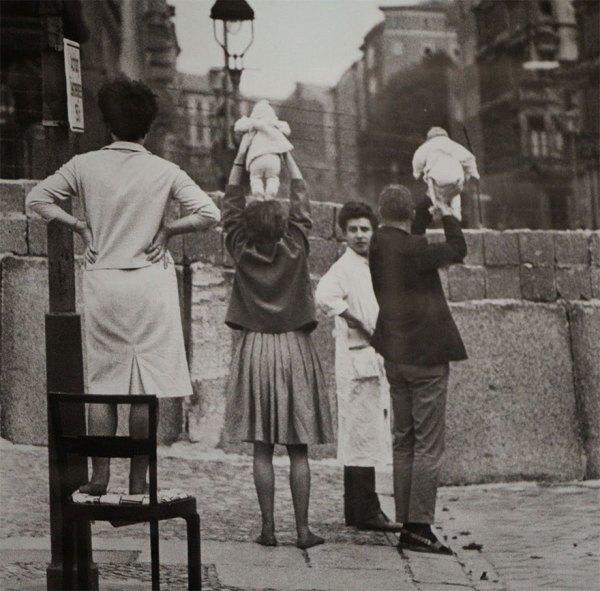 12. Residentes de Berlín Oeste muestran sus hijos a los abuelos que viven en el lado Este, 1961