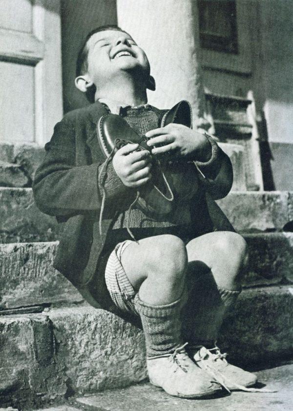 3. Niño austriaco recibiendo unos zapatos nuevos durante la 2ª Guerra Mundial