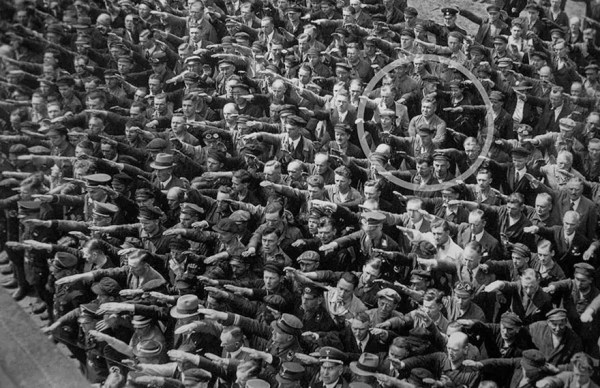 8. Un solo hombre negándose a hacer el saludo nazi, 1936