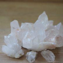 Die Kraft der Steine – der Bergkristall näher betrachtet. Von silizium Verbindungen bishin zur Kraft des Edelsteinwassers